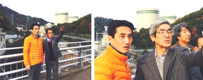 高浜原発を視察する、(右から)猿橋町議、渡辺町議、藤野候補、うの候補 後ろに見えるのは高浜原発1〜4号機(11月20日)