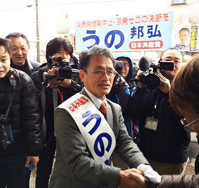 激励をうけ、握手するうの候補(12月2日 うの事務所前)