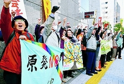 (写真)東京電力本店前で抗議する、ふくしま復興共同センターの人たち=3月26日、東京都千代田区