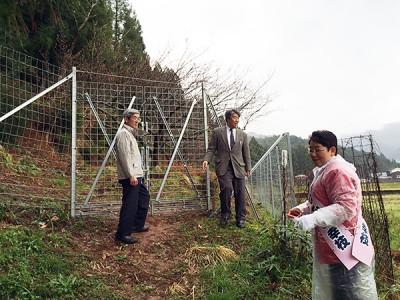 猿橋・渡辺議員と総予算10億円の鳥獣対策のフェンスを視察するかねもと候補(おおい町、4月1日)
