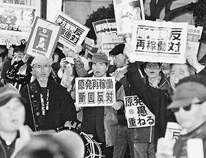 (写真)「原発なくせ」「再稼働反対」と声をあげる人たち=11月20日、首相官邸前