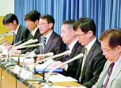 (写真)会見する政府の地震調査委員会の平田直委員長(左から3番目)ら=4月17日、文部科学省