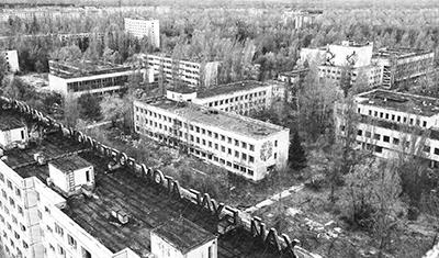 ウクライナのチェルノフイリ原発近郊にある廃虚の町プリピャチ=4月22日(ロイター)