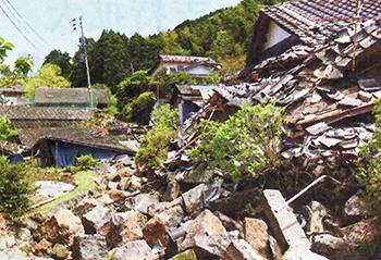 被災地で目立つ木造家屋の崩壊(山形将史撮影)