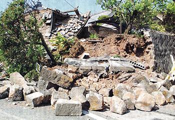 石垣が崩壊した住宅=4月15日、熊本県益城町(丹田智之撮影)