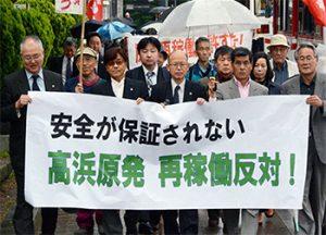 大津地方裁判所に入廷する、原告団と支援するみなさん(2016年5月10日)