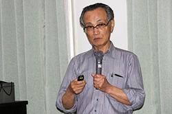 講演する、新潟大学名誉教授(地質学)の立石雅昭さん(2016年5月14日、東京都 写真=公害地球懇のHPより)