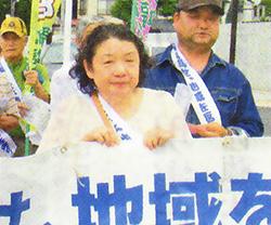 生業訴訟の行進の先頭に立つ河井さん=福島市