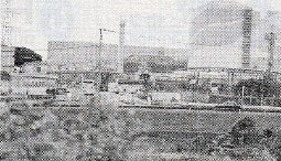 次々とバスやタクシーが入る川内原発ゲート前=10月3日、薩摩川内市