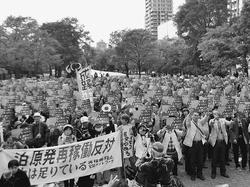(写真)「原発なんて必要ない」とアピールする人たち=10月8日、札幌市