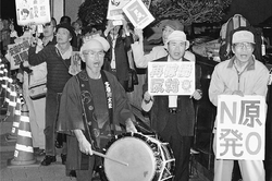 (写真)「すべての原発再稼働反対」とコールする人たち=10月14日、首相官邸前