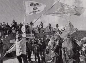 反EPR(欧州加圧水型炉)デモの中、「ストッブEPR」と書かれた旗を持つ青年ら=10月1日、仏北西部シウビル(飛幡祐規撮影)