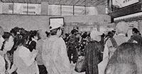 停電の影響で電車が止まった西武新宿駅で運転再開を待つ人たち=10月12日、東京都新宿区