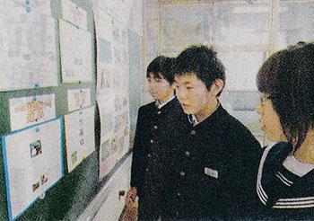 展示を見る生徒たち=10月22日、福島県二本松市の浪江中学校