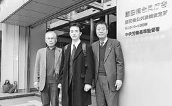 (写真)労災申請した東電社員の一井唯史さん(中央)=10月31日、千代田区の中央労働基準監督署