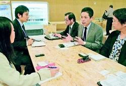 (写真)モロッコのマラケシュで開催中のCOP22会場で、日本の環境NGO代表らと懇談する武田良介参院議員(右側中央)=11月12日(島崎桂撮影)