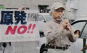 街頭で演奏する塩田さん