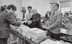 署名を提出する参加者=12月5日、鹿児島県庁